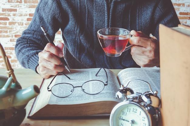 Chá com livro lido