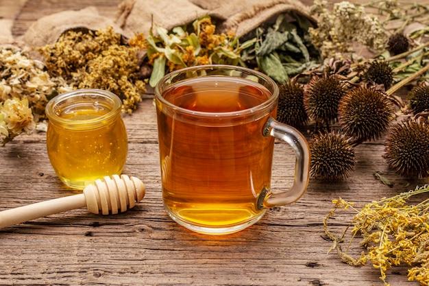 Chá com mel. coleção de colheita de ervas e buquês de ervas selvagens. medicina alternativa. farmácia natural, conceito de autocuidado