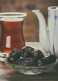 Chá com tâmaras na mesa de madeira