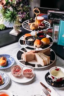 Chá da tarde inglês incluindo chá quente