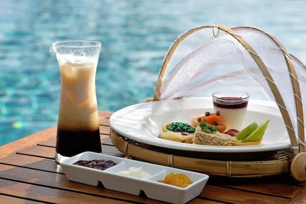 Chá da tarde tradicional na piscina