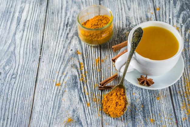 Chá de açafrão com canela dourada