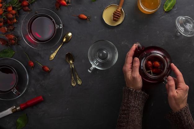 Chá de acordo com a receita da medicina tradicional de roseira brava e várias ervas, tradições orientais