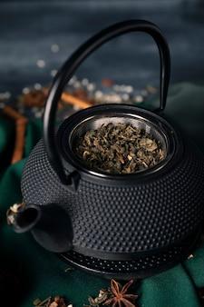 Chá de alto ângulo com chá asiático matcha