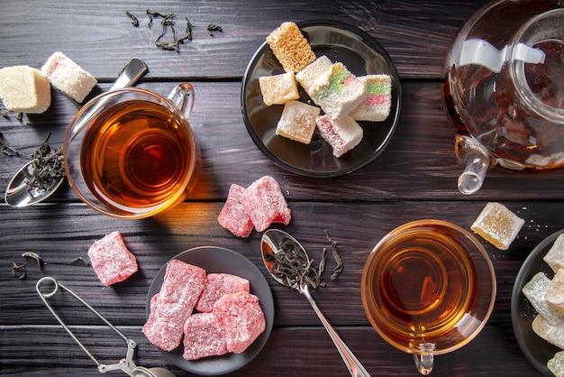 Chá de alto ângulo com manjar turco na mesa