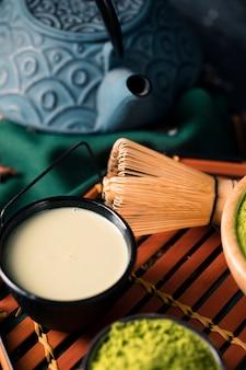 Chá de alto ângulo feito de matcha verde asiático
