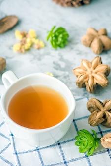 Chá de amendoim sacha em cima da mesa para a saúde da manhã