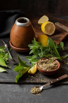 Chá de ângulo alto com limão e hortelã