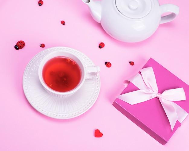 Chá de bagas de viburnum em uma caneca de cerâmica branca