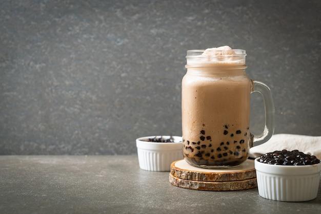 Chá de bolhas, também conhecido como chá com leite pérola, chá com leite bolha ou chá boba com bolhas