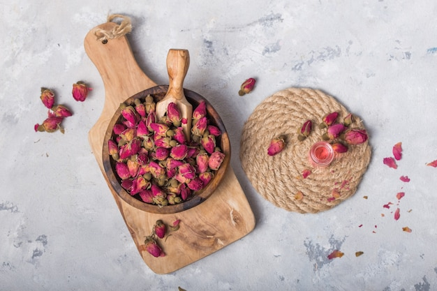 Chá de botão de rosa turca raditional em fundo branco. flores secas, pétalas. conceito de estilo de vida saudável