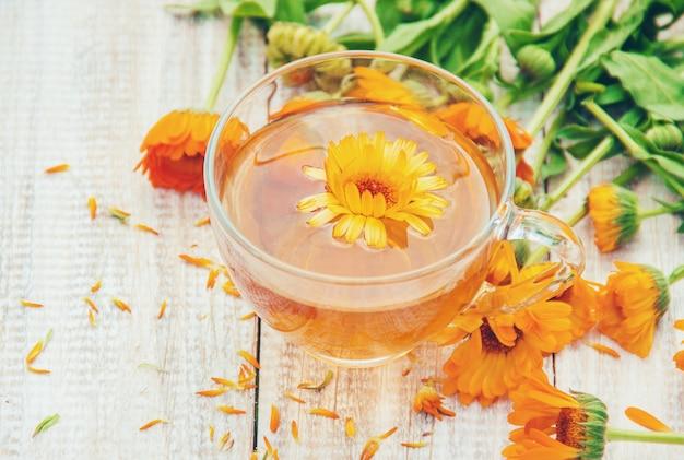 Chá de calêndula e flores. foco seletivo. natureza.