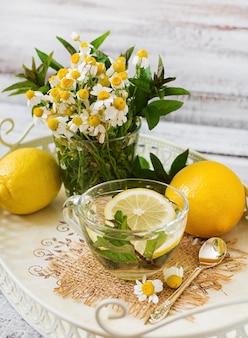 Chá de camomila com limão e hortelã. chá de ervas. menu dietético. nutrição apropriada.