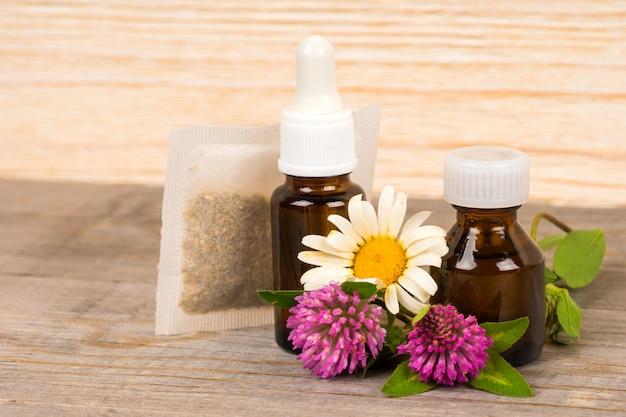 Chá de camomila e trevo e óleo essencial em pequenas garrafas