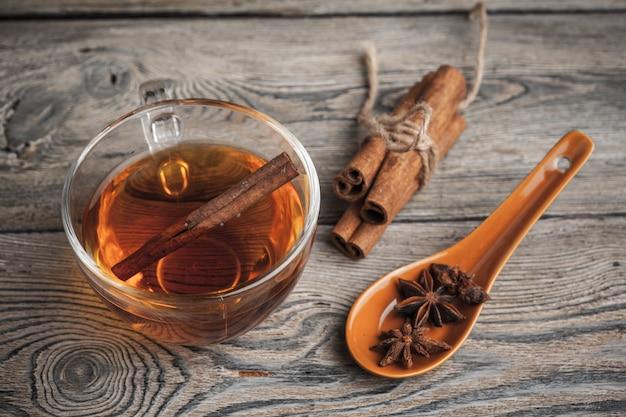 Chá de canela quente aromático na mesa de madeira