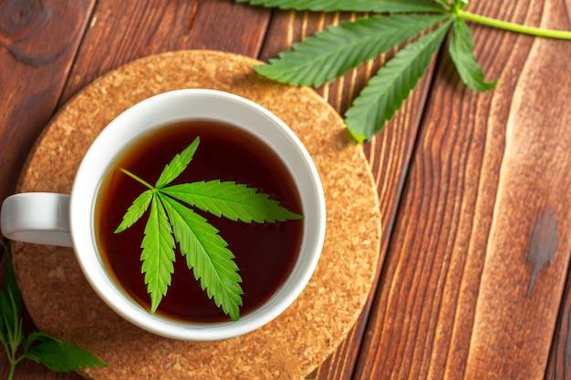 Chá de cannabis e folhas de maconha
