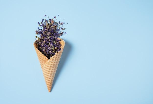 Chá de centáurea seca cai de um cone de waffle
