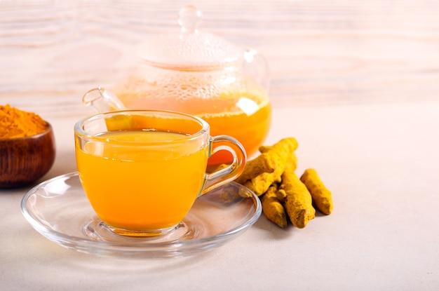 Chá de cúrcuma saudável e moderno, servido