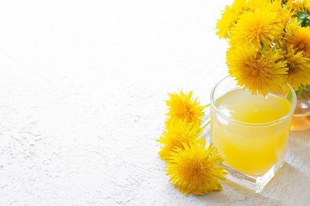 Chá de dente de leão. leão de flores de verão amarelo.