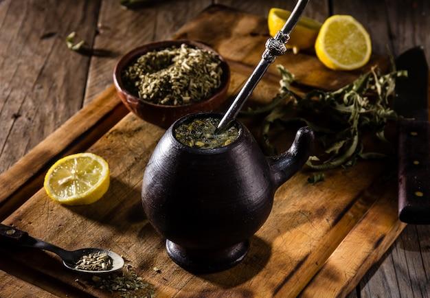 Chá de erva de bebida quente latino-americana