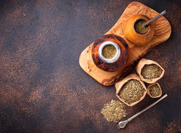 Chá de erva-mate com cabaça e bombilla.
