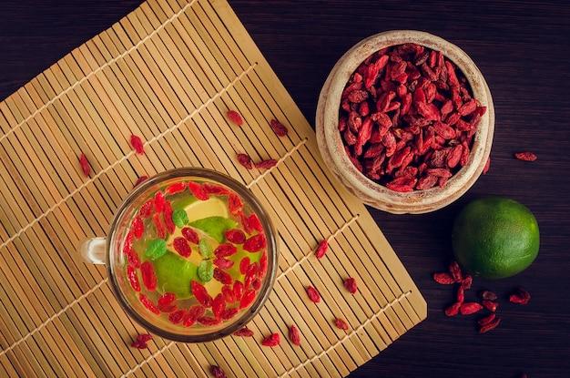 Chá de ervas antioxidantes frescas de bagas de goji