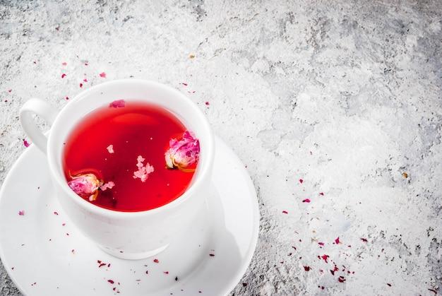 Chá de ervas com botões de rosa