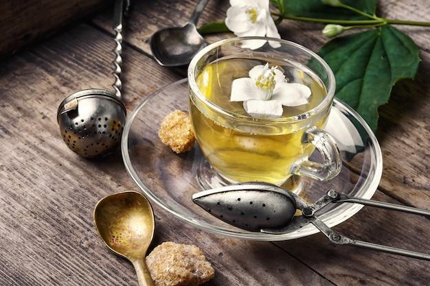 Chá de ervas com flores de jasmim