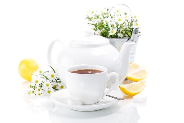 Chá de ervas com flores e bule