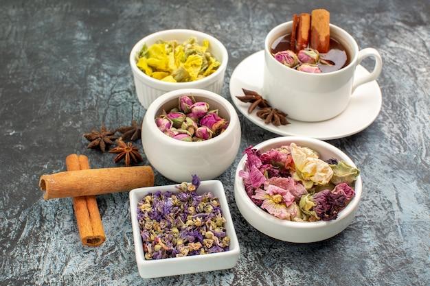 Chá de ervas com flores secas em cinza