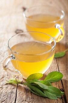 Chá de ervas com folha verde em xícaras de vidro