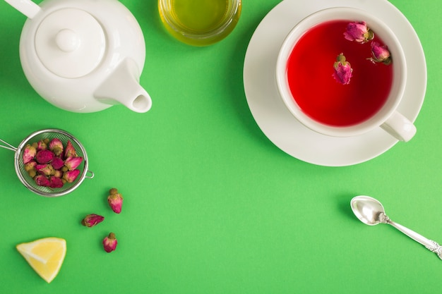 Chá de ervas com folhas de rosa rosa na xícara