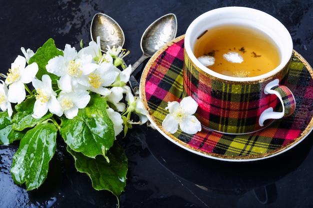 Chá de ervas com jasmim