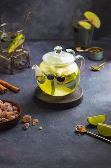Chá de ervas com limão e bluberry e maçã verde no bule de vidro