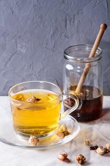 Chá de ervas com mel
