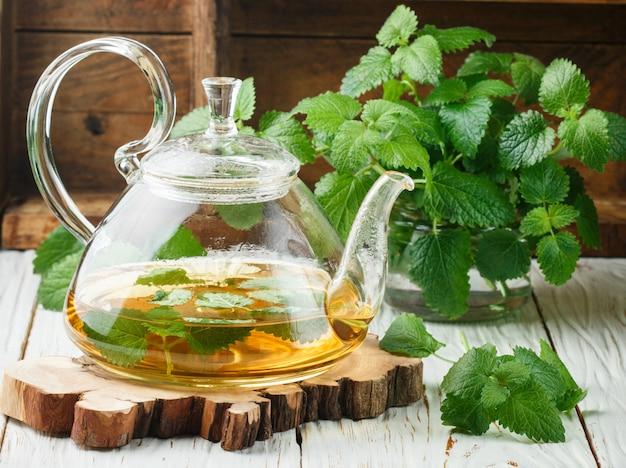 Chá de ervas com melissa e hortelã