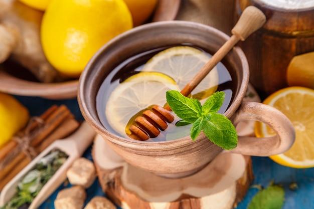 Chá de ervas com menta e mel