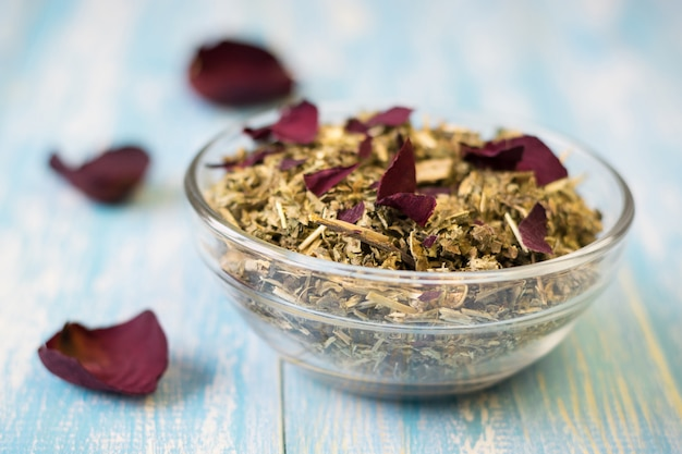 Chá de ervas com pétalas de rosa