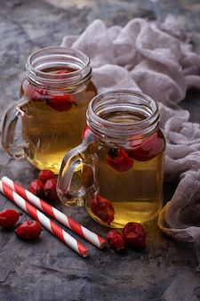 Chá de ervas com rosa mosqueta. foco seletivo