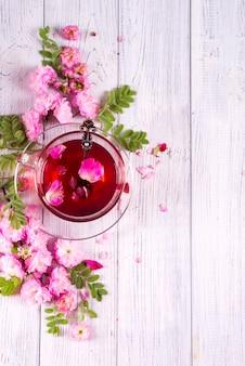 Chá de ervas com rosas