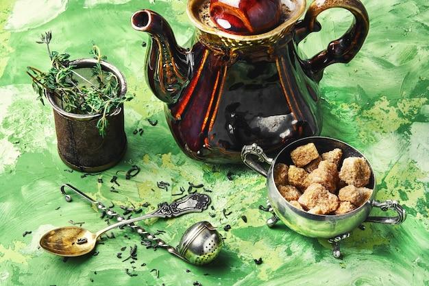 Chá de ervas com tomilho
