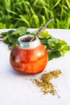 Chá de ervas da américa latina em cabaça de mate com bombilla