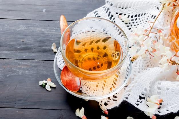 Chá de ervas e flores de acácia cura