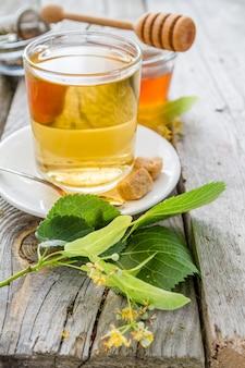 Chá de ervas em copo de vidro com mel