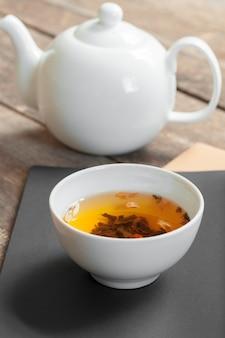 Chá de ervas em copos em um fundo de madeira