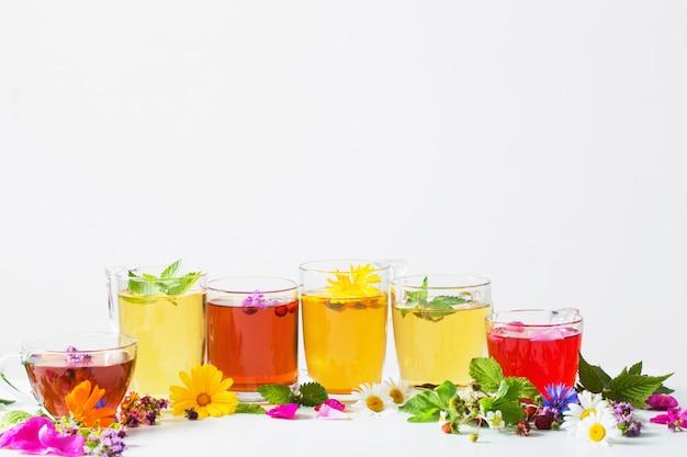 Chá de ervas em copos