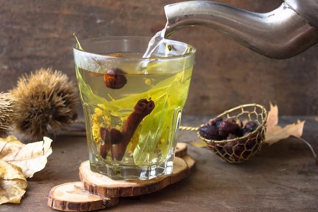 Chá de ervas em um copo de vidro.