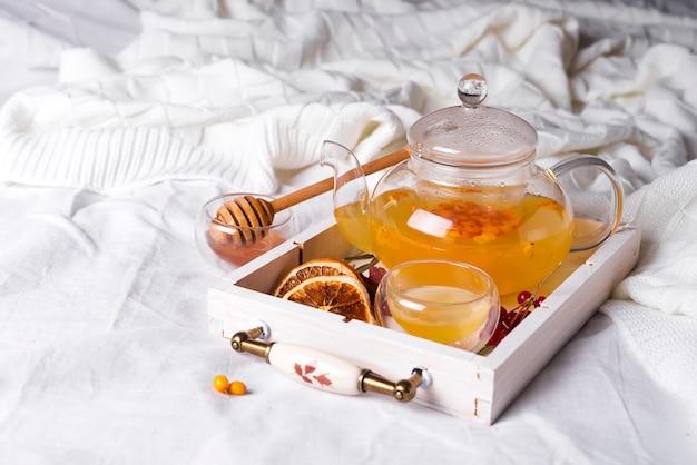 Chá de ervas em uma bandeja de madeira