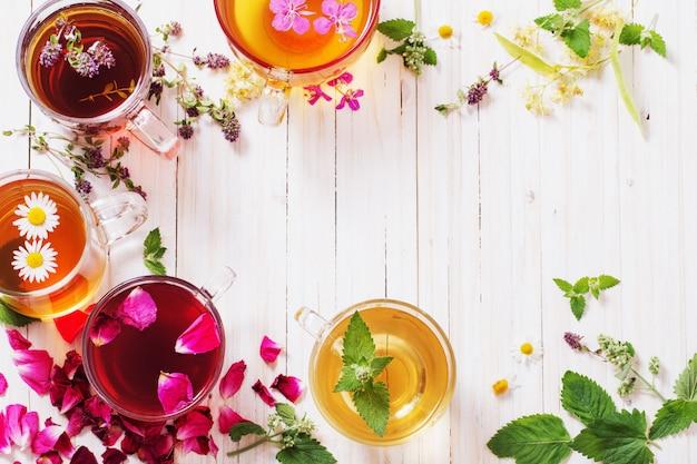 Chá de ervas em uma mesa de madeira branca