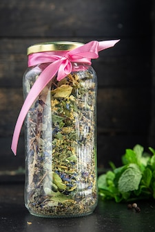 Chá de ervas ervas medicinais folhas flores tília camomila centáurea hortelã erva-cidreira